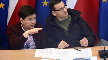 Premier rządu PiS Mateusz Morawiecki i była premier Beata Szydło podczas posiedzenia sztabu kryzysowego (zdjęcie ilustracyjne)