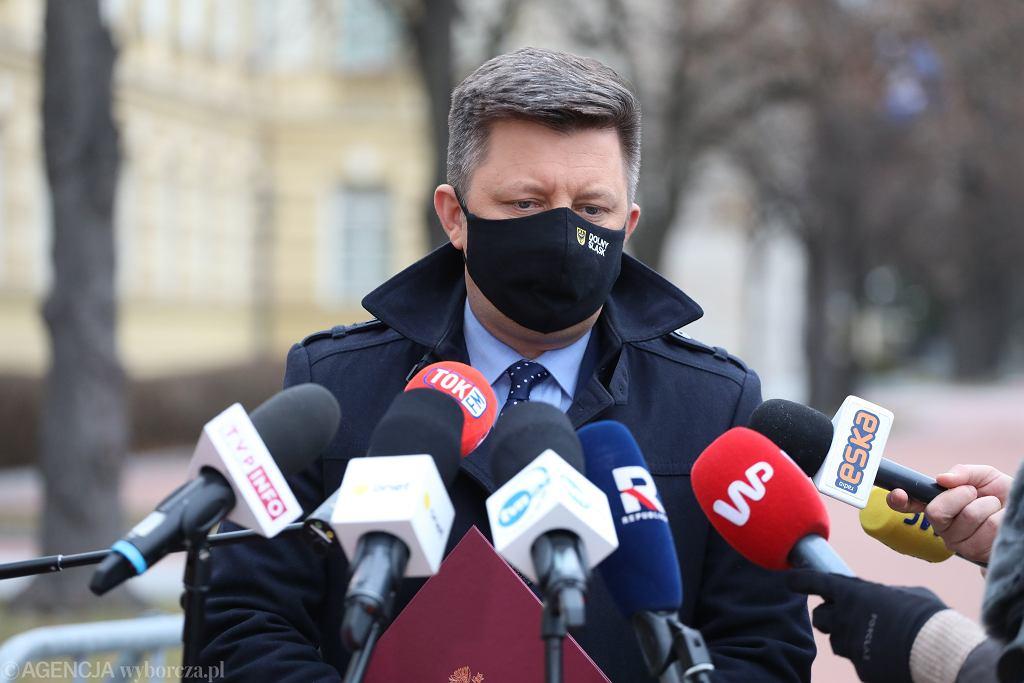 Szef kancelarii premiera, minister Michał Dworczyk podczas konferencji prasowej przed budynkiem KPRM. Warszawa, 23 marca 2021
