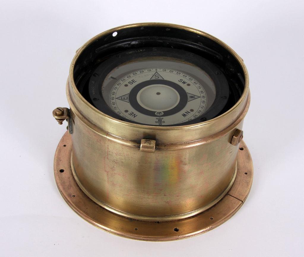 Kompas mokry, wchodzący w skład oryginalnego wyposażenia jachtu 'Opty' podczas samotnego wokółziemskiego rejsu Leonida Teligi