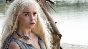"""""""Gra o tron"""" wraca na ekrany polskiego HBO 25 kwietnia, więc najwyższy czas na pierwsze zdjęcia bohaterów. Na zwiastun z nowymi scenami musimy jeszcze chwilę poczekać, ale przecież i ze zdjęć można sporo wyczytać. Tych, którzy nie boją się spoilerów, na pewno zdziwi to, jak prezentuje się na jednej z fotografii Sansa Stark... Na zdjęciu Emilia Clarke jako Daenerys Targaryen"""