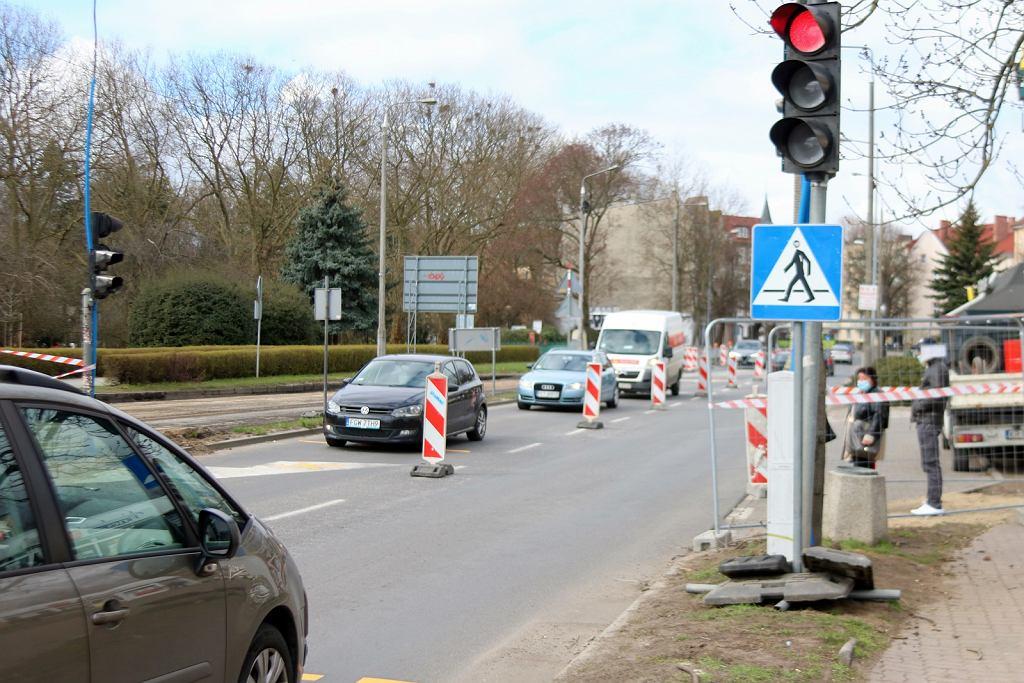 Kwiecień 2021 r. W centrum Gorzowa zaczęła się przebudowa skrzyżowania ulic Chrobrego, Wybickiego i Jagiełły. Kierowcy już mieli okazję zetknąć się z poważnymi zmianami w organizacji ruchu