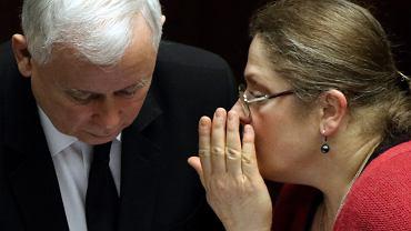 Krystyna Pawłowicz przy uchu prezesa.