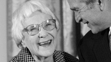 Harper Lee podczas odznaczania Prezydenckim Medalem Wolności