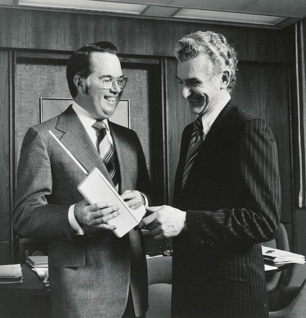 Od lewej: John F. Mitchell i Martin Cooper z prototypem Motoroli DynaTAC 8000X