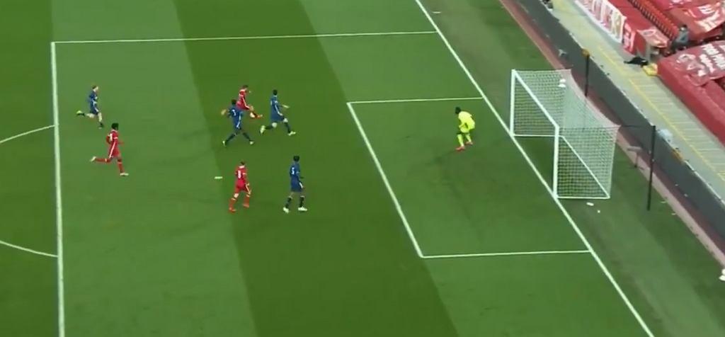 Mateusz Musiałowski strzela gola Arsenalowi