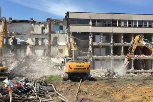 Wyburzanie dawnego biurowca fabryki Defum w Dąbrowie Górniczej