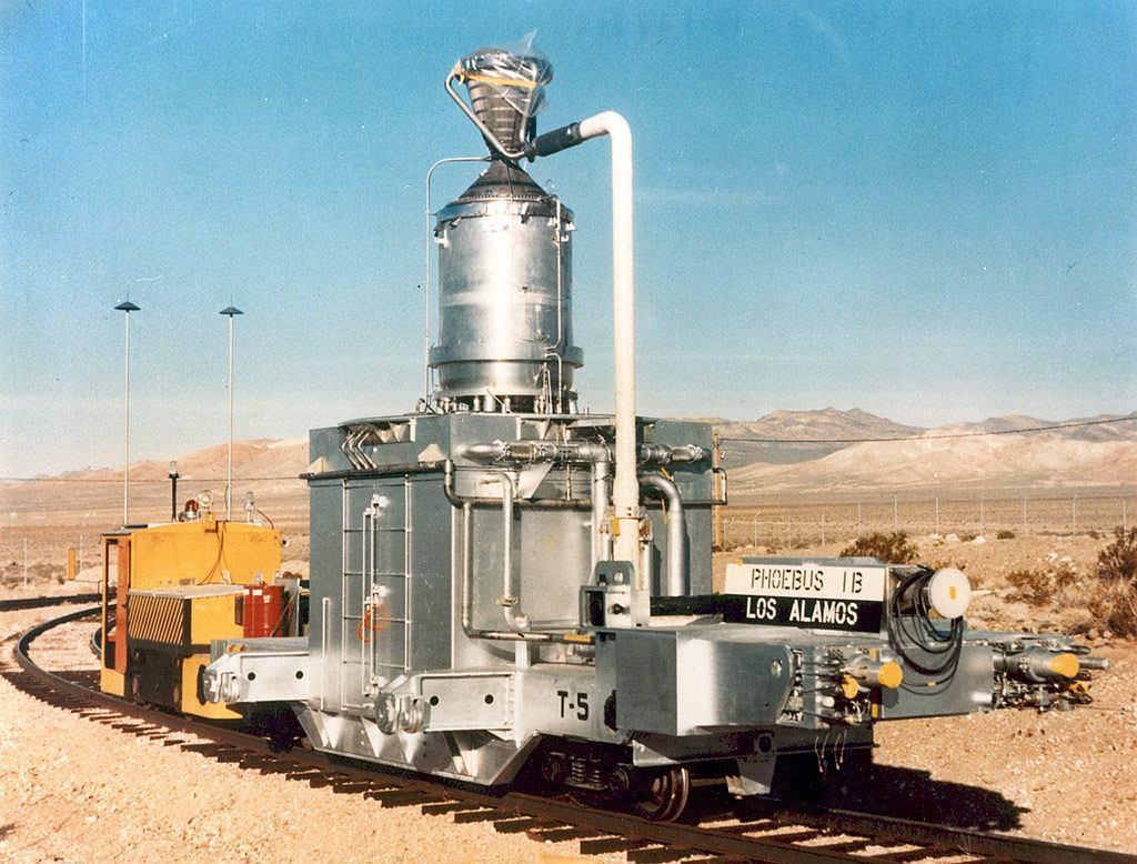 Kluczowe budynki w strefie 25 łączyła specjalna linia kolejowa, nazywana ironicznie 'najwolniejszą na świecie'. Dwie lokomotywy powoli i statecznie przetaczały po niej specjalne wagony z reaktorami oraz silnikami. Tutaj akurat jeden z reaktorów PHOEBUS