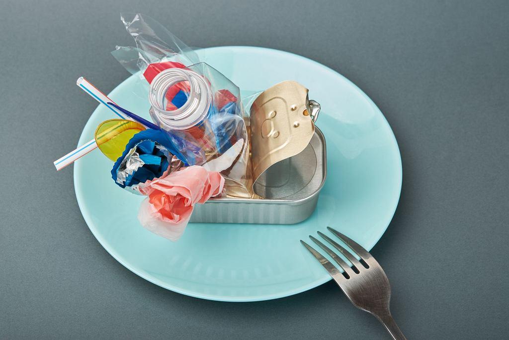 Rzadko zdarza nam się świadomie zjeść coś z plastiku, ale wiemy, że on jest wszędzie - mówi Stanisław Łubieński, autor 'Książki o śmieciach'