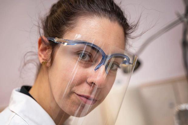 Badania na ślimakach są bezpieczne dla środowiska i samych zwierząt. Na zdjęciu prowadząca je Anna Leśków, doktorantka Zakładu Chorób Układu Nerwowego Uniwersytetu Medycznego we Wrocławiu,