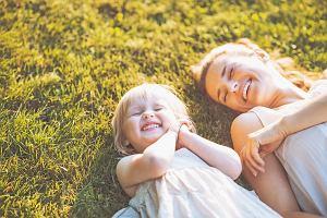 """Na czym polega """"metoda kanapki""""? Rodzice ją uwielbiają, bo dzięki temu dziecko czuje się wartościowe"""