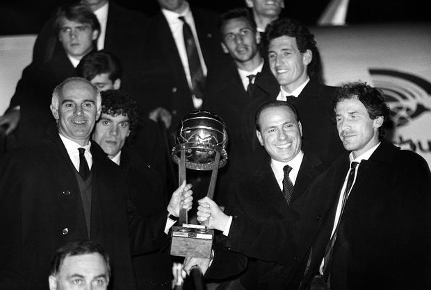 Trener AC Milan Arrigo Sacchi, szef, właściciel Silvio Berlusconi, oraz Franco Baresi prezentują Puchar Interkontynentalny. Mediolan, grudzień 1990