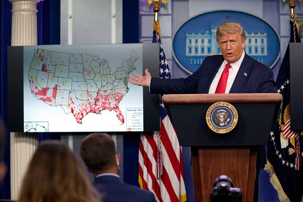 Donald Trump podczas konferencji o koronawirusie.