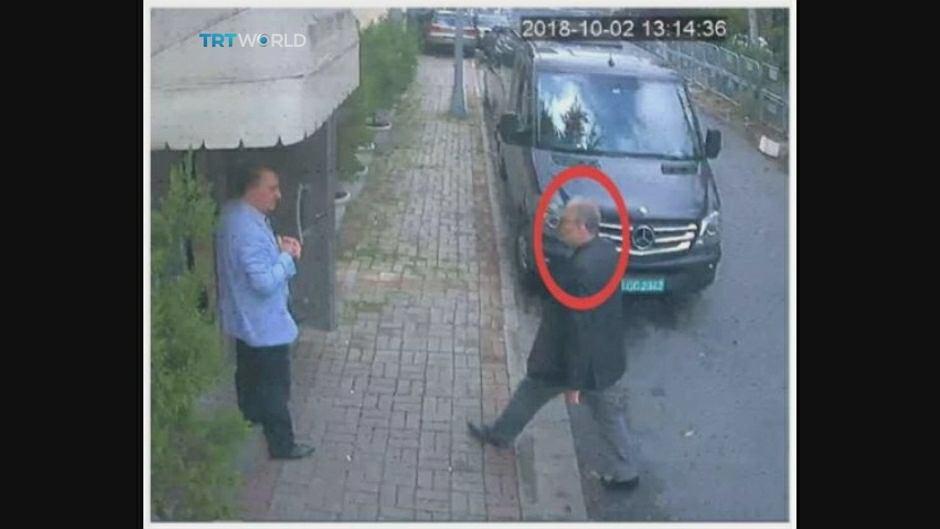 Saudyjski dziennikarz wchodzi do konsulatu w Stambule