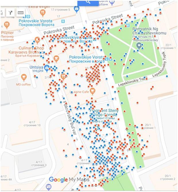 Każda kropka na mapie odpowiada jednemu zdjęciu. Kropki czerwone to fotografie zrobione w pomieszczeniach, a niebieskie - na ulicy.