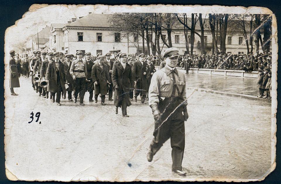 Częstochowa, plac Pierackiego (dziś Biegańskiego), 11 listopada 1938 r. Defilada z okazji święta odzyskania niepodległosci