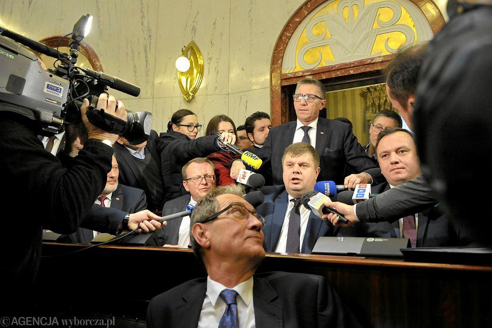 - Czy przeprosi pan swoich wyborców? - pytali w środę Wojciecha Kałużę dziennikarze. - Liczę na to, że moi wyborcy zrozumieją mój krok, i będą ze mnie dumni. Ja czuję potrzebę pracy dla dobra regionu - odparł nowy wicemarszałek