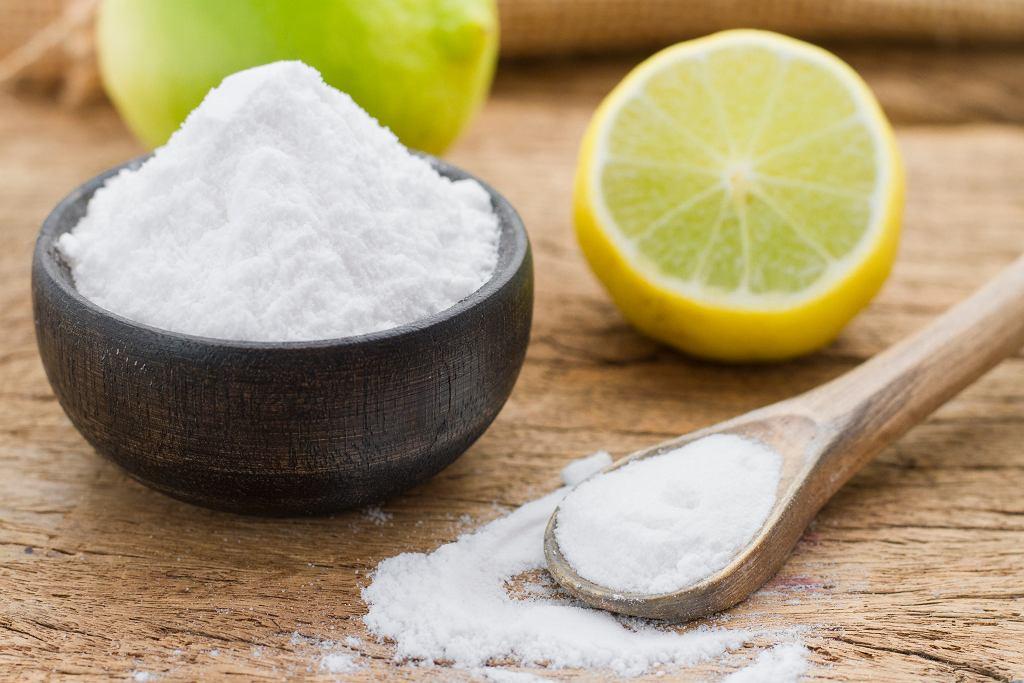 Maseczka z sody i cytryny na twarz działa oczyszczająco. Zdjęcie ilustracyjne