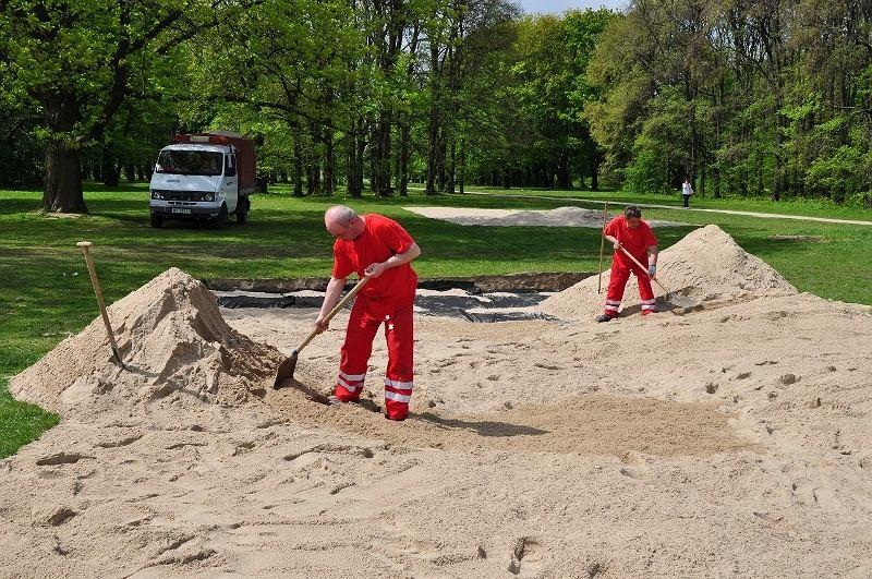 Sypanie piasku pod nowe boisko do gry w siatkówkę plażową na Polu Mokotowskim