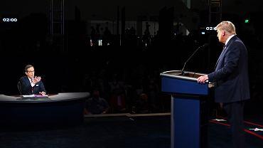 Debata prezydencka w USA. Prezydent Donald Trump słucha pytania moderatora Chrisa Wallce'a