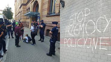 Komenda miejska policji w Poznaniu, 8 sierpnia 2020 r. Policjanci otoczyli uczestników pokojowego protestu, którzy na chodniku napisali 'Stop policyjnej przemocy'