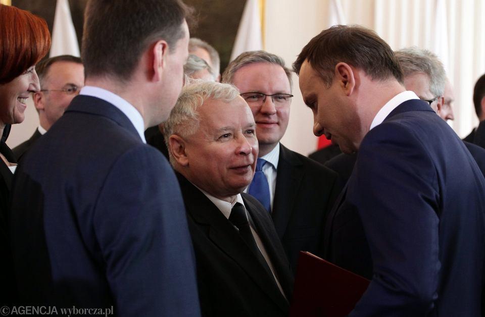 Prezydent elekt Andrzej Duda (z prawej) po odebraniu zaświadczenia o wyborze na prezydenta RP rozmawiał z prezesem Prawa i Sprawiedliwości Jarosławem Kaczyńskim oraz politykami PiS, których zaproszono do pałacu w Wilanowie