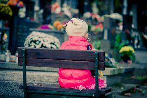 """Jak rozmawiać z dziećmi o śmierci? """"Mówić prawdę, ale nie zarażać lękiem. I nie ciągnąć siłą na cmentarz"""""""