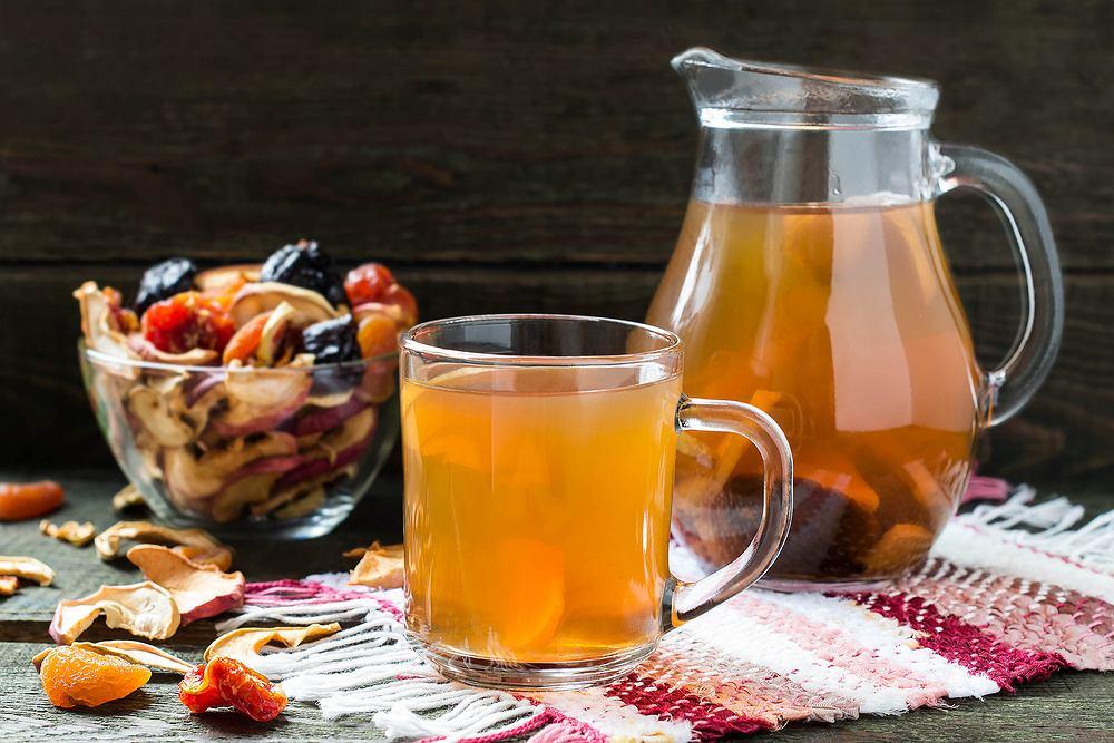 Kompot wigilijny z suszu to bardzo charakterystyczny napój, który raczej nie pojawia się na naszych stołach poza kolacją wigilijną