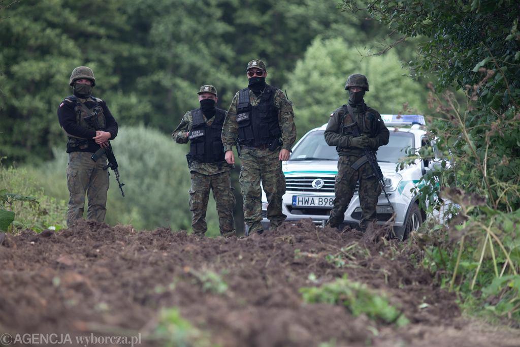 Wojsko i Straż Graniczna na granicy polsko - białoruskiej w Usnarzu Górnym.