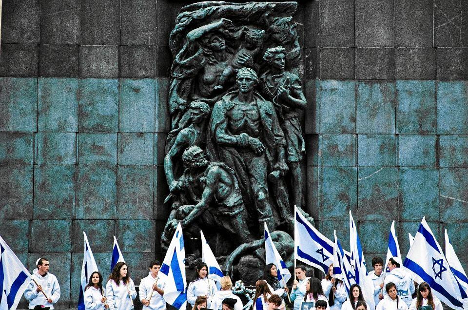 Młodzi Izraelczycy pod pomnikiem Bohaterów Getta w Warszawie. 19 września 2011 r.