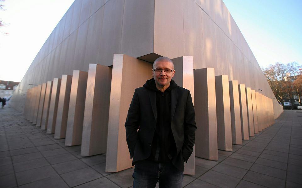 Robert Konieczny na tle Centrum Dialogu 'Przełomy' w Szczecinie, obsypanego nagrodami w 2016 roku
