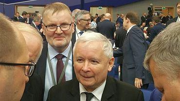 Senator Waldemar Bonkowski za prezesem Jarosławem Kaczyńskim