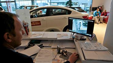 Salon samochodowy KIA. Obraz z kamery monitoringu osoby podejrzanej o kradzież samochodu