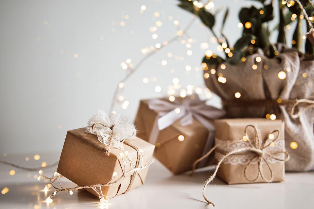 Pomysły na prezent świąteczny powinny nie tylko być podarowane od serca, ale cieszą oko jeszcze bardziej, kiedy są pięknie opakowane.