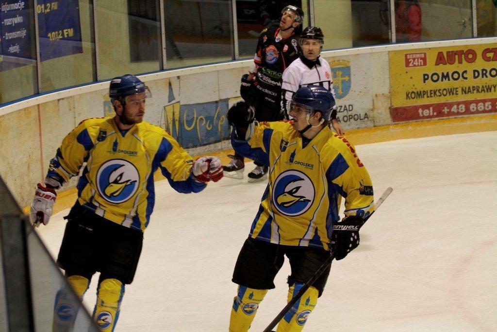 Orlik Opole - Ciarko PBS KH Sanok 3:0. Branislav Fabry (z lewej) właśnie zdobył drugiego gola