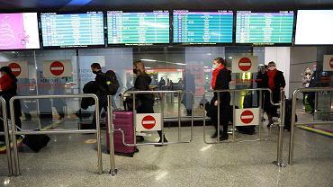 Okęcie - pasażerowie w hali przylotów, zdjęcie ilustracyjne