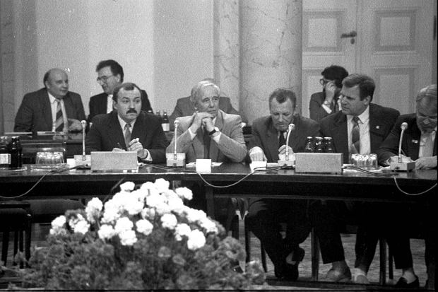 Alfred Miodowicz (w jasnej marynarce) podczas obrad Okrągłego Stołu. Przewodniczący Ogólnopolskiego Porozumienia Związków Zawodowych, a równocześnie członek Biura Politycznego Komitetu Centralnego PZPR, chciał w kwietniu 1989 r. ugrać jak najwięcej. Dlatego w finale obrad Okrągłego Stołu zakwestionował ich porządek, co postawiło porozumienie pod znakiem zapytania