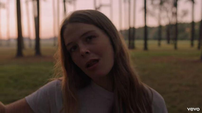 Maggie Rogers - kadr z klipu 'Alaska'