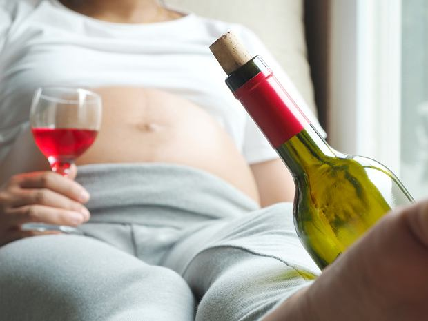 """Kieliszek wina w ciąży? Nawet tyle może zaszkodzić. W Polsce co roku rodzi się 9 tys. dzieci z FAS. """"Obciążone przez całe życie"""""""