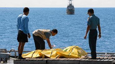 Służbom udało się wydobyć tylko część ciał pasażerów rozbitego samolotu AirAsia
