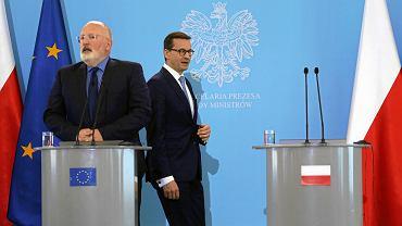 18.06.2018, Warszawa, wizyta pierwszego wiceprzewodniczącego Komisji Europejskiej Fransa Timmermansa w Polsce, z tyłu premier Mateusz Morawiecki.