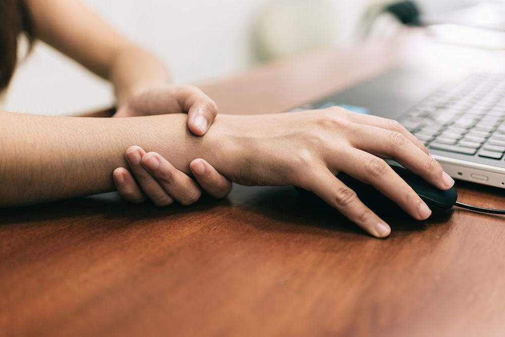 Drętwienie prawej ręki może być związane z zespołem cieśni nadgarstka.