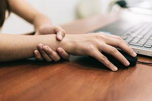 Drętwienie prawej ręki - co może oznaczać? Jak sobie z tym radzić?