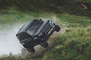 """Tak się powinno robić reklamy. Nowy Land Rover Defender w """"No Time to Die"""""""