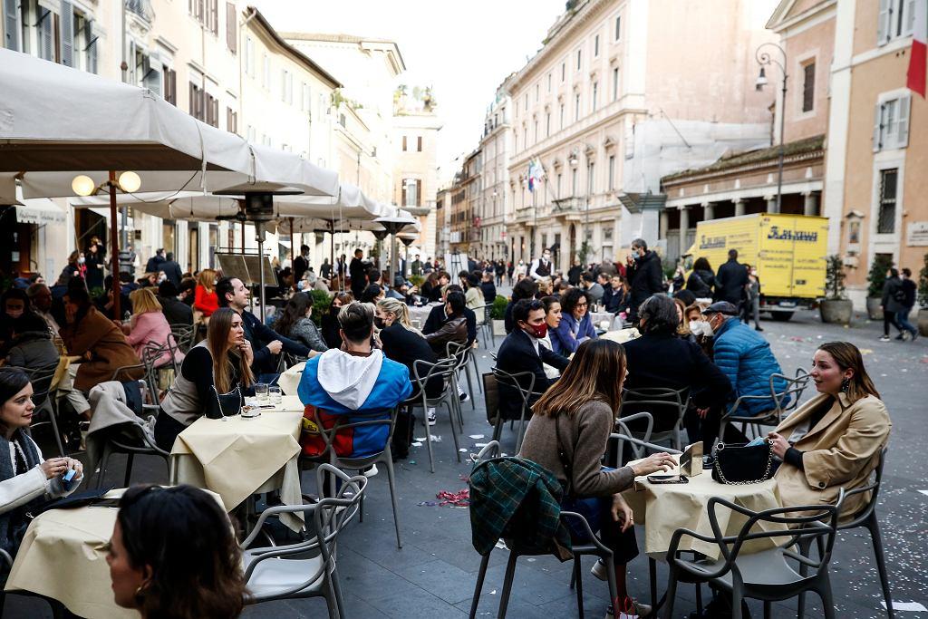Włochy. Tłumy w pierwszy weekend złagodzonych restrykcji. 7 mln euro wpływów dla restauracji w Rzymie
