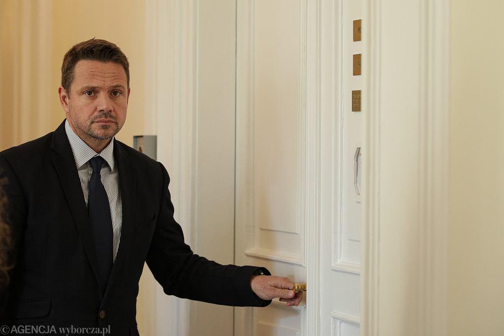 Rafał Trzaskowski przed drzwiami swojego gabinetu w stołecznym ratuszu