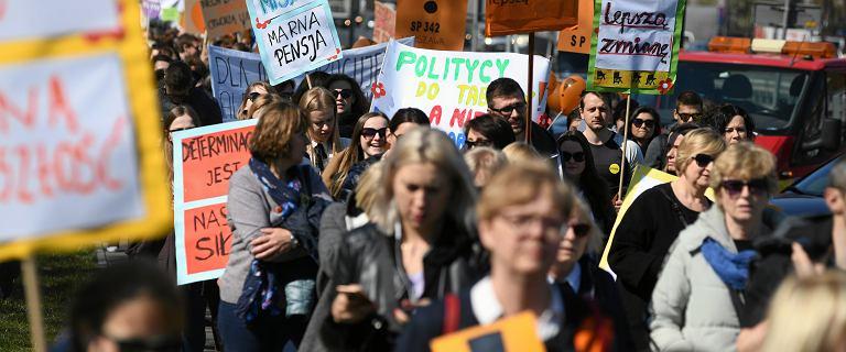 Strajk nauczycieli. Przed MEN setki protestujących z kukłą Zalewskiej
