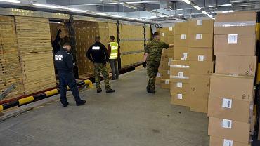 Celnicy w Kuźnicy Białostockiej udaremnili przemyt ponad 1,8 mln paczek nielegalnych papierosów. Wartość przechwyconej kontrabandy to blisko 27,6 mln złotych