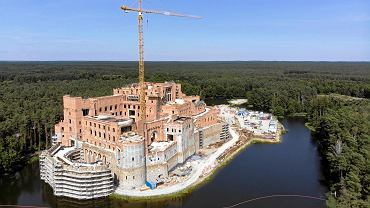 Zamek w Stobnicy, który jest budowany na wyspie w Puszczy Noteckiej. Zdjęcia z drona