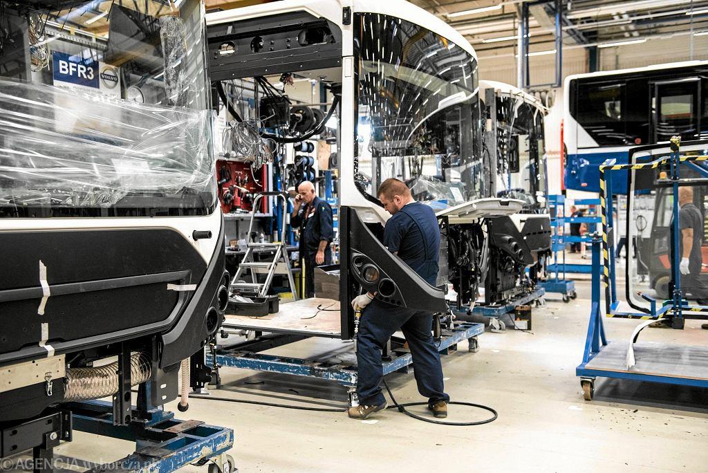 Praca przy produkcji autobusów we wrocławskich zakładach Volvo
