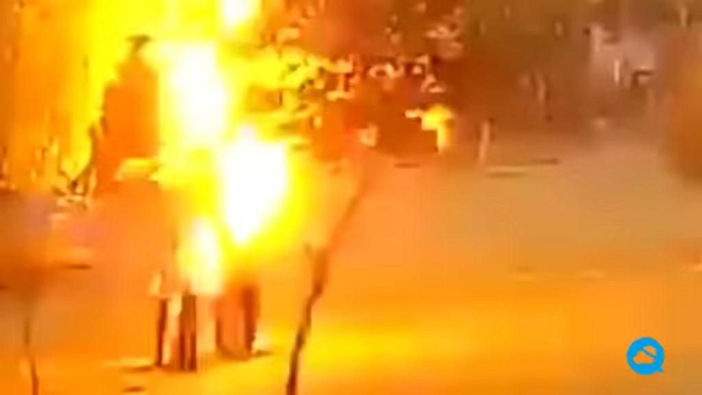 Indie. Mężczyźni schowali się przed deszczem pod drzewem. Chwilę później uderzył w nie piorun [Wideo]